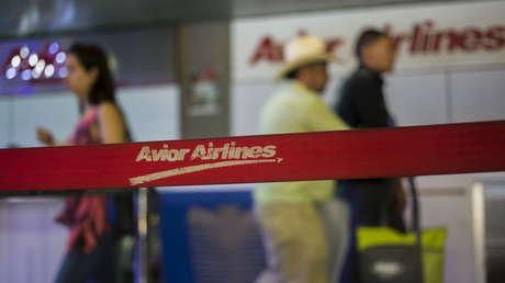Un mostrador de la aerolínea Avior Airlines en el aeropuerto Simón Bolívar de Caracas el 17 de julio de 2015.