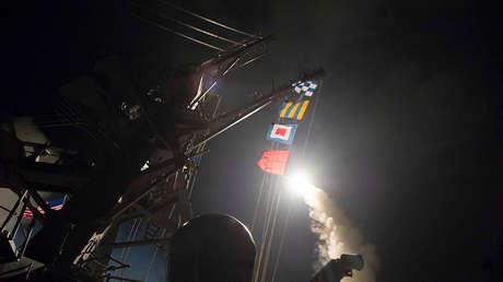 El destructor Ross de EE.UU. lanza un misil Tomahawk desde el Mediterráneo contra la base aérea de Shayrat, el 7 de abril de 2017.