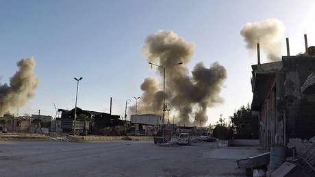 Una imagen publicada por los Cascos Blancos muestra varias columnas de humo después de los presuntos ataques aéreos del Gobierno sirio en Duma, 7 de abril de 2018.