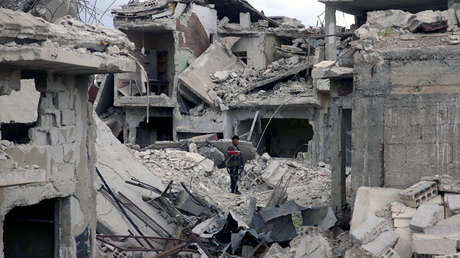 Escombros de edificios dañados en la ciudad sitiada de Douma, Guta del Este, en Damasco, Siria el 30 de marzo de 2018.