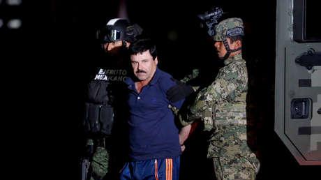 """Joaquín Guzmán Loera, alias """"El Chapo"""" Guzmán es escoltado por soldados en la Ciudad de México, el 8 de enero de 2016."""
