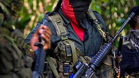 Miembros del Ejército de Liberación Nacional muestran sus armas en el departamento del Chocó.