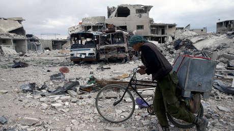 Edificios dañados en la ciudad sitiada de Duma, Guta Oriental, en Damasco, Siria el 30 de marzo de 2018.