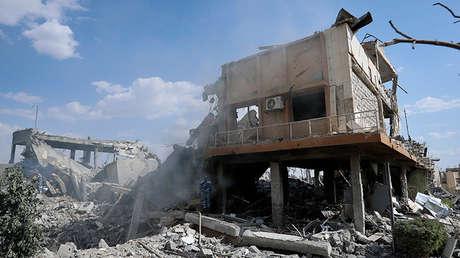 Un bombero en el centro de investigación atacado, Barzeh, Siria, 14 de abril de 2018.