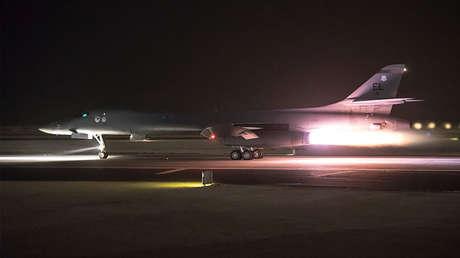 Un bombardero B-1B Lancer de la Fuerza Aérea de EE.UU. sale de la base aérea de Al Udeid, en Catar, el 14 de abril de 2018.