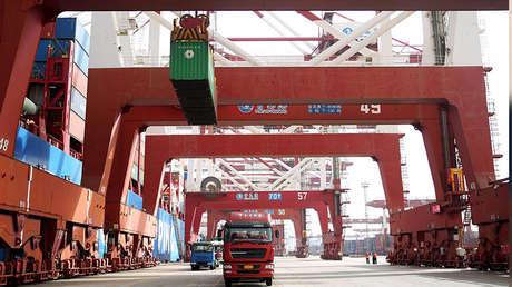 El puerto de Qingdao, provincia de Shandong, China, el 8 de abril de 2018.