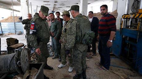 Agentes de la Policía militar rusa en la ciudad de Duma (Siria), el 16 de abril de 2018.