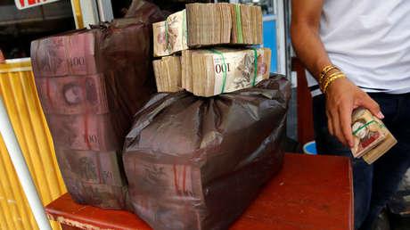 Bolsas de plástico llenas de bolívares en la mesa de un comerciante de divisas en Puerto Santander, Colombia, el 3 de junio de 2016.