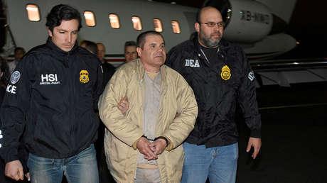 Dos oficiales escoltan a Joaquín Guzmán Loera, alias el 'El Chapo' durante su extradición a Estados Unidos, el 19 enero de 2017.