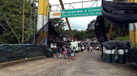 Un grupo de personas cruza el Puente Internacional San Miguel en Putumayo, Colombia, el 9 de octubre de 2016.
