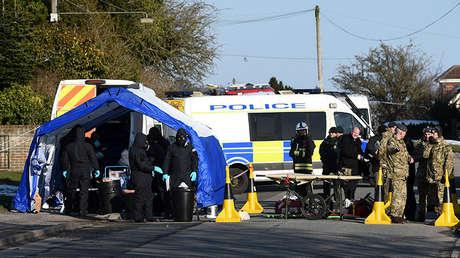 Miembros de los servicios de emergencia, la Policía y el Ejército en la localidad de Durrington, cerca de Salisbury (Reino Unido), durante la investigación del caso Skripal, 19 de marzo de 2018.