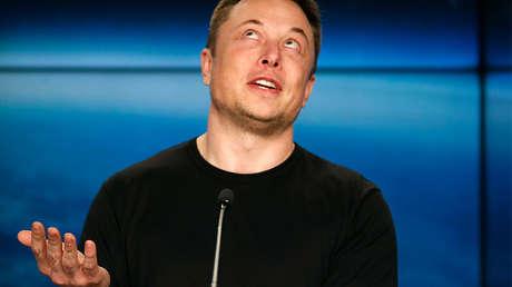 Elon Musk da un discurso en febrero de 2018.