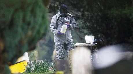 Un miembro de los servicios de emergencia en traje de protección en el lugar de la tumba de Ludmila Skripal, la esposa de Serguéi Skripal, en Salisbury, Reino Unido, el 10 de marzo de 2018.
