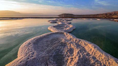 Amanecer en el Mar Muerto, cerca de Ein Gedi, Israel.