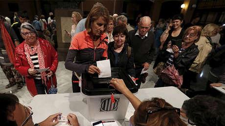 Una mujer vota en el referéndum ilegal, Barcelona, Cataluña, España, 1 de octubre de 2017.