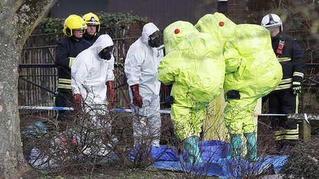 Oficiales en ropa protectora cerca del lugar donde fueron encontrados Serguéi y Yulia Skripal en Salisbury, Reino Unido, el 8 de marzo de 2018.