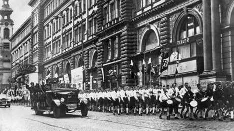 Tropas nazis alemanas desfilan por Viena tras la invasión de Austria por la Wehrmacht alemana en 1938.