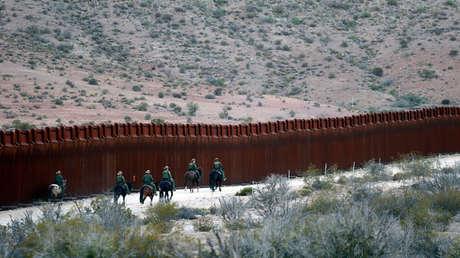 Agentes de la Patrulla Fronteriza de EE. UU. patrullan a lo largo de la valla fronteriza de EE. UU. con México cerca de Jacumba, California, EE. UU., el 14 de noviembre de 2016.