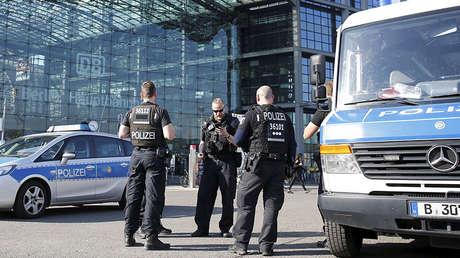 La Policía frente a la estación central de trenes de Berlín, mientras desactivan una bomba de la Segunda Guerra Mundial. Berlín, Alemania, el 20 de abril de 2018.