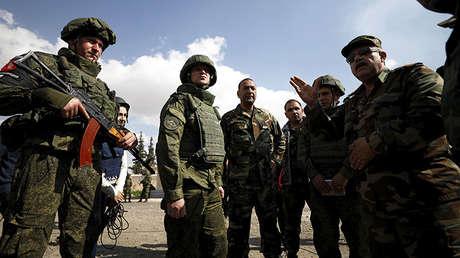 Soldados rusos y sirios en las afueras de Guta Oriental en Damasco, Siria, el 28 de febrero de 2018.