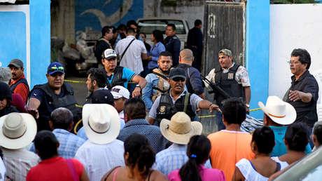 Policía en el lugar del asesinato de Santana Cruz Bahena, alcalde electo del municipio de Hidalgotitán, Veracruz. 20 de noviembre de 2017.