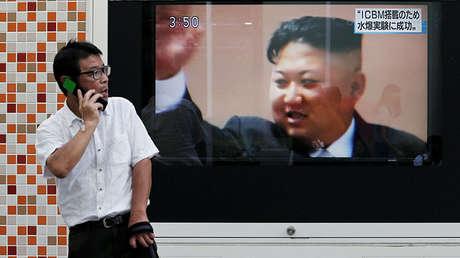 Un hombre pasa ante una pantalla que muestra al líder de Corea del Norte, Kim Jong-Un, en Tokio (Japón), el 3 de septiembre de 2017.