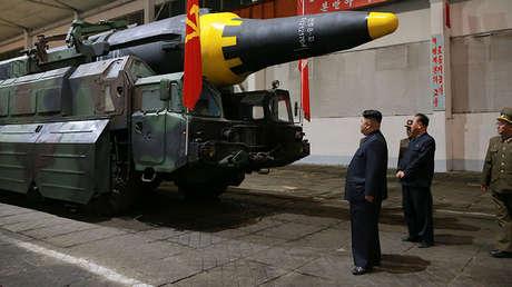 Kim Jong-un inspecciona un misil balístico de largo alcance Hwasong-12. Imagen difundida por KCNA el 15 de mayo de 2017.