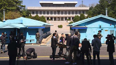Cámaras filmando la línea de demarcación militar en la aldea fronteriza de Panmunjom, en la zona desmilitarizada entre las dos Coreas, el 11 de abril de 2018.