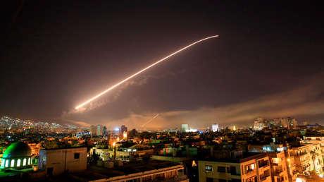 El cielo de Damasco cubierto de misiles cuando los Estados Unidos lanzaron un ataque contra Siria que apuntó a diferentes partes de la capital, el sábado 14 de abril de 2018.