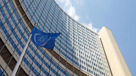 La bandera del Organismo Internacional de Energía Atómica (OIEA) se ve frente a la sede de la OIEA en Viena, Austria, el 12 de junio de 2017.