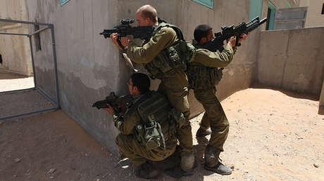 Soldados israelíes armados con rifles Tavor participan en unos ejercicios el 30 de junio de 2009.