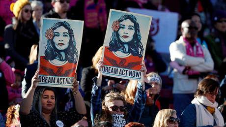 Dos mujeres partidarias del programa DACA sostienen carteles durante una manifestación en Las Vegas (EE.UU.), el 21 de enero de 2018