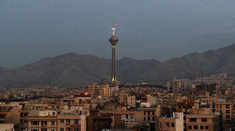 Vista de la torre Milad en Teherán, Irán.