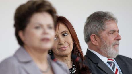 Dilma Rousseff, Cristina Kirchner y Lula da Silva en la inauguración de la embajada argentina en Brasilia, en julio de 2011.