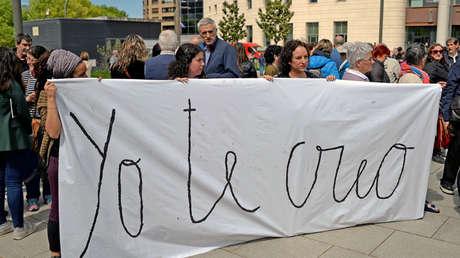 """Pancarta: """"Yo sí te creo"""" frente al Tribunal de Navarra, mientras esperaban el veredicto. España, 26 abril 2018."""