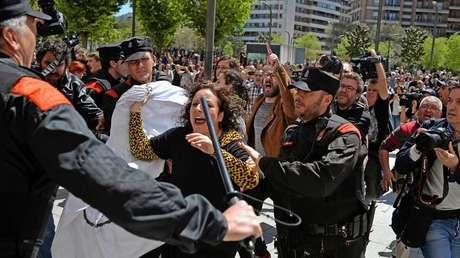 Manifestantes tras conocer la sentencia a 9 años de los acusados de una violación grupal, Pamplona. 26 abril 2018.