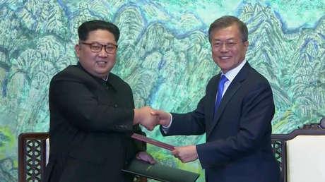 Líderes coreanos tras la firma de la declaración conjunta, Panmunjom, Corea del Sur, el 27 de abril de 2018.