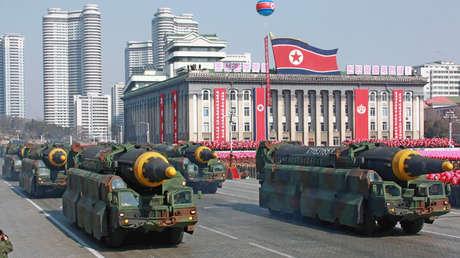 Misiles balísticos durante un desfile militar en Pyongyang.