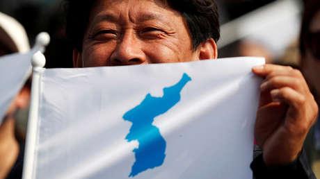 Una bandera con el mapa de la Corea unificada.