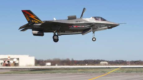 El furtivo supersónico caza Lockheed Martin F-35B Lightning II, pilotado por Graham Tomlinson, aterriza verticalmente por primera vez en la base Patuxent River, Maryland, el 18 de marzo de 2010.