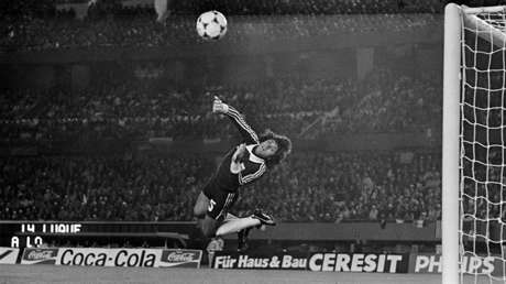 Ubaldo Fillol despeja un tiro a marco de Francia en el Mundial. Buenos Aires, Argentina, 6 de junio de 1978.