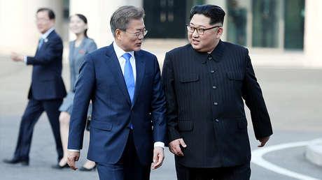 El presidente de Corea del Sur, Moon Jae-in, y el líder norcoreano, Kim Jong-un, en Panmunjom (Corea del Sur), el 27 de abril de 2018.