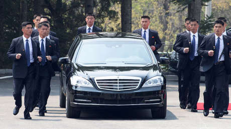 El auto oficial del líder norcoreano, Kim Jong-un, se retira después de una sesión matinal en la cumbre intercoreana de Panmunjom (Corea del Sur), el 27 de abril de 2018.