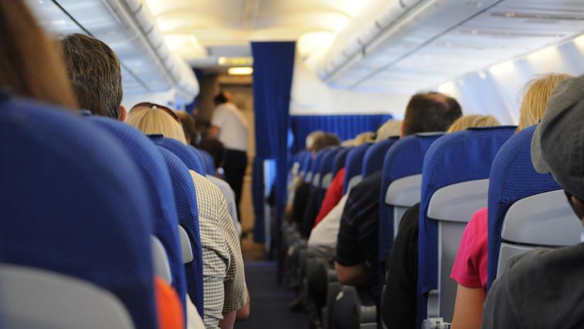 Un pasajero chino abre la escotilla de emergencia para airear el avión