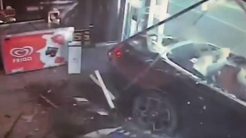 VIDEO: Un millonario con dos mujeres en bikini estrella su Rolls Royce contra una tienda en Mallorca
