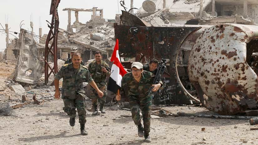 Siria: Ejecutan a un soldado lanzándolo desde un edificio con explosivos en la cabeza (18+)