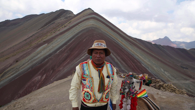 FOTOS: La gente escala 5.000 metros para ver esta montaña de colores en Perú