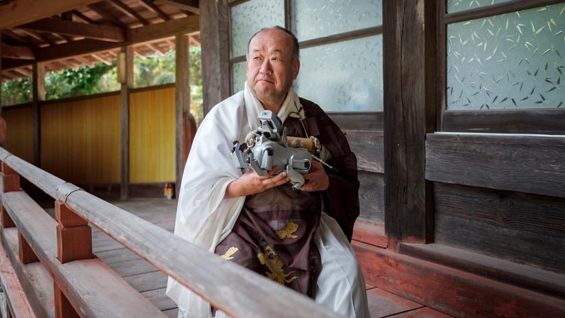 Con sacerdote, incienso y plegarias: 114 perros robot reciben funeral tradicional japonés (FOTOS)