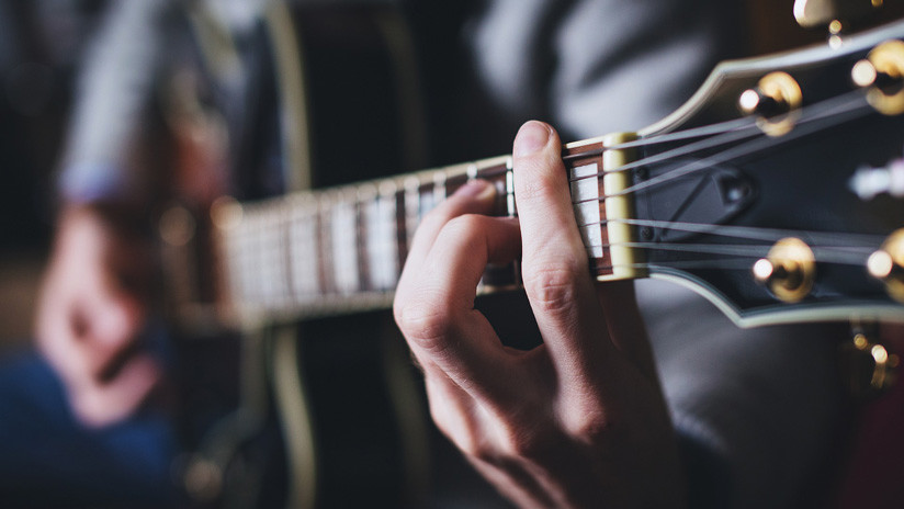 VIDEO: La Guardia Civil española busca a un hombre que tocaba la guitarra mientras manejaba