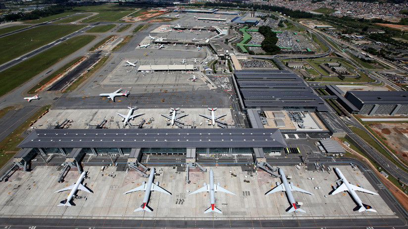 Una brasileña negada a perder su vuelo sale a la pista y obliga al avión a detenerse